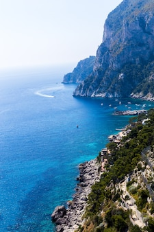 夏の晴れた日の美しい岩の多い海岸と海