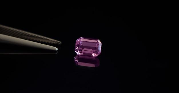 宝石の中に美しい光沢のあるピンクの宝石