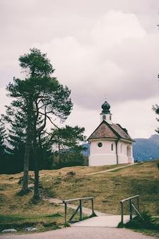 バイエルンアルプスの山々にある美しい小さなカトリック教会