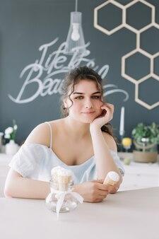 アイスクリームを食べる美しい笑顔の女の子