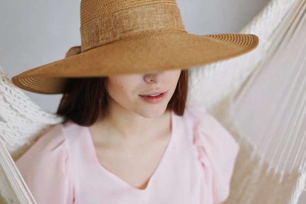 Красивая улыбающаяся девушка в шляпе