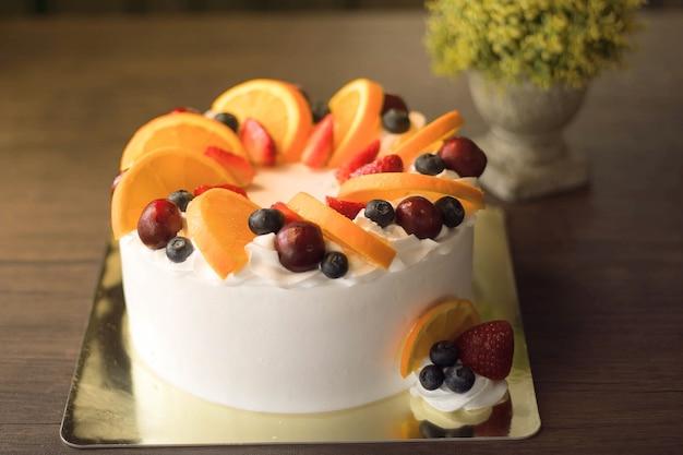 Красивый бисквит со свежими фруктами и сливками