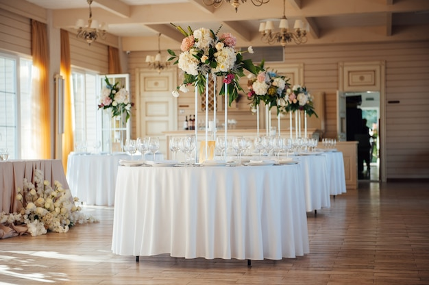 高級レストランのテーブルの上にある美しい花瓶。結婚式の装飾。