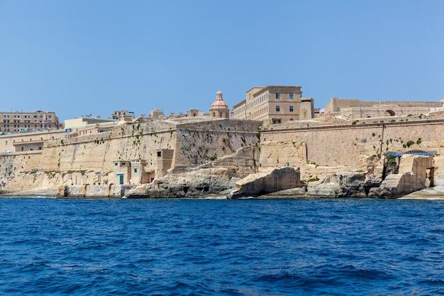 바다 위로 솟아 있는 군사 요새 건물의 아름다운 전망 중세 요새 p