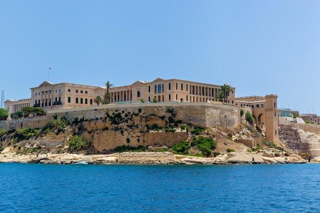 바다 위로 솟아 있는 군사 요새 건물의 아름다운 전망 중세 요새