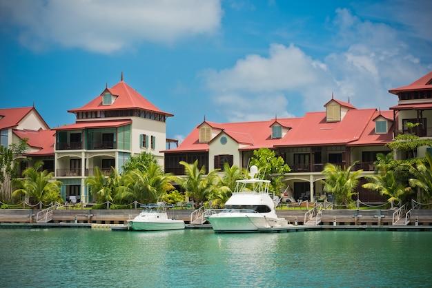 Прекрасный вид на пристань для яхт на острове иден, маэ, сейшельские острова.