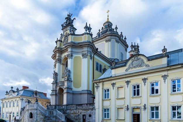 중앙에 어두운 돔과 노란색 벽이 있는 교회의 아름다운 전망