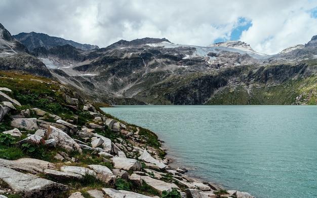 Прекрасный вид на озеро вайс и ледник в австрии.