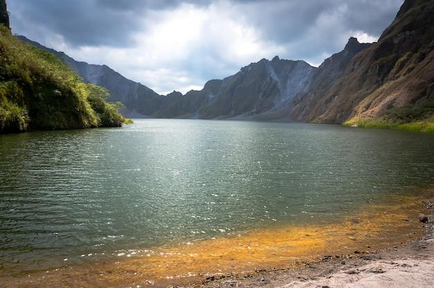 フィリピンのルソン島にあるピナツボ山の火口にある美しい火山湖。20世紀で最大の噴火が知られています。