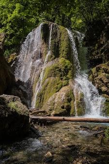 Красивый водопад глубоко в тропическом лесу, крутое горное приключение в тропическом лесу. водопад серебряный ручей после обвала козырька, крым, россия