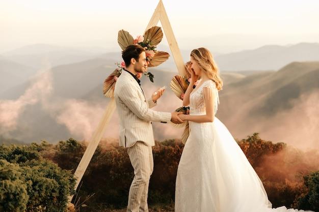 산속의 아름다운 결혼식, 맹세를 읽는 감동적인 순간, 자연 속에서 2 인 결혼식.