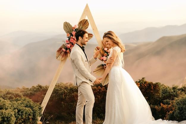 山での美しい結婚式、誓いを読む感動的な瞬間、2人での自然の中での結婚式。