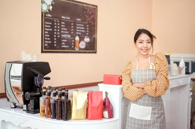 Владелец пекарни или кафе красивая женщина улыбается в своем магазине