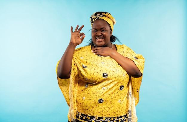 전통적인 옷을 입고 아프리카에서 아름 다운 여자입니다. 라이프 스타일과 문화에 대한 개념