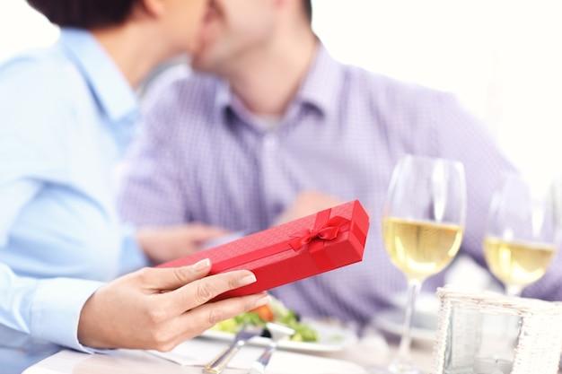 식당에서 남편의 선물을 받고 아름다운 여자