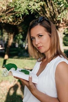 Красивая женщина в летнем парке.