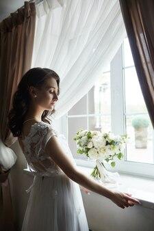 Красивая женщина готовится к свадьбе, естественный макияж и шикарная прическа