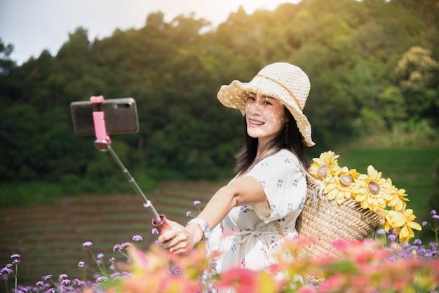朝、美しい女性が携帯電話で自分撮りをしています。