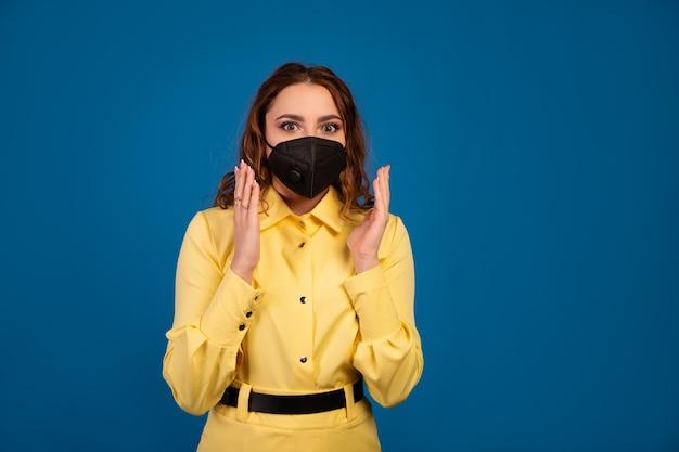 Красивая женщина машет руками и шокирована распространением коронавируса