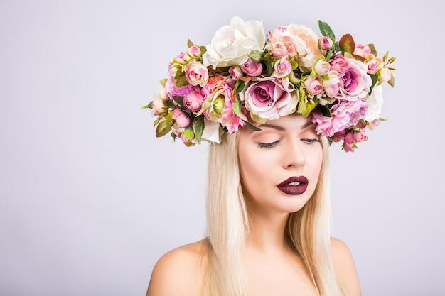 꽃 화환을 가진 아름다운 여자