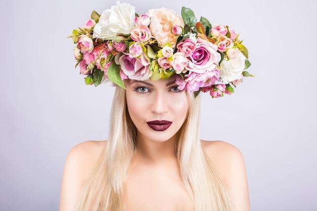 Красивая женщина с цветочным венком