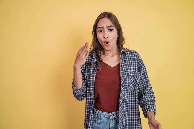 Красивая женщина с жестом машет рукой, когда пряность с copyspace