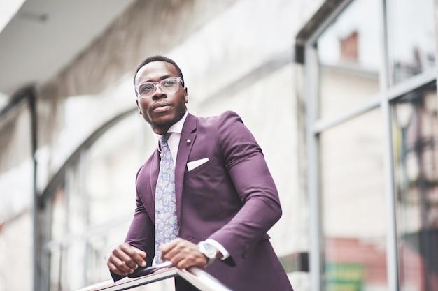 Красивый молодой афроамериканец, который думает о серьезной идее. уверен в принятии деловых решений.