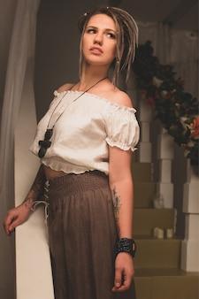 Красивая молодая девушка с дредами в стиле этно-бохо. отдых и медитация.