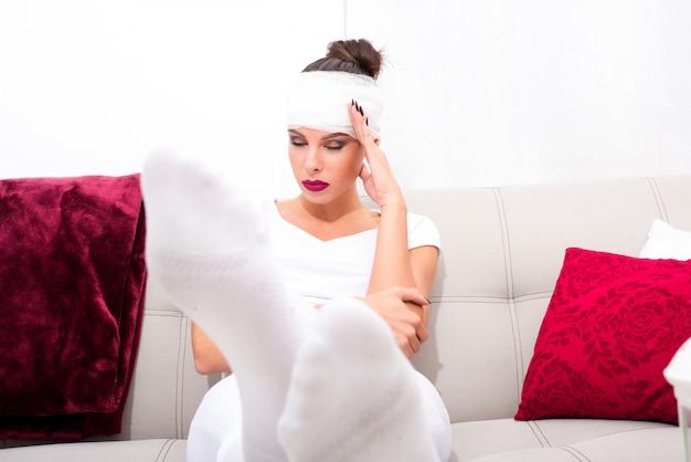 ソファーで美しい若い病気の女性