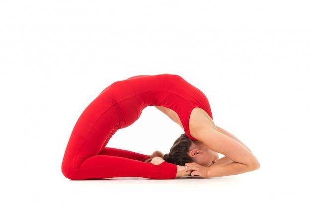 빨간 스포츠 탄성 소송에서 말 꼬리에 박제 검은 긴 머리를 가진 아름 다운 젊은 여자 체조는 다리에된다