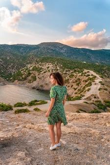 Красивая молодая женщина в платье на мысе капчик в крыму романтический морской пейзаж