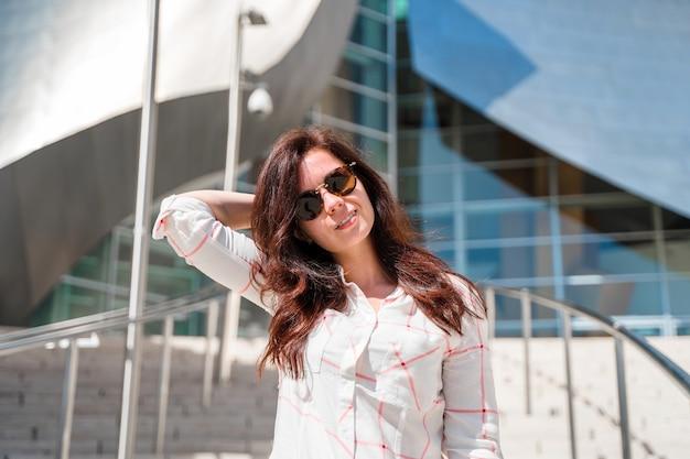 ウォルト ディズニー コンサート ホールの美しい若い女性 ロサンゼルスで人気の観光
