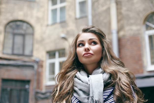 美しい若い女性が屋外でポーズをとっている