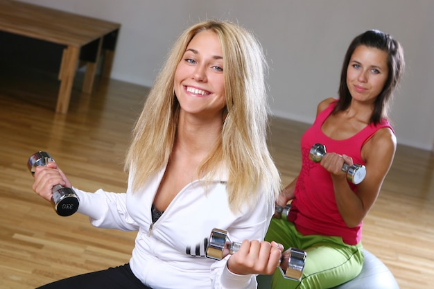 フィットネストレーニングの美しい若い女性