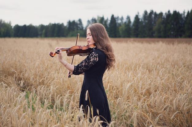 バイオリンを弾く美しい若い女性
