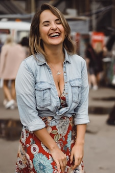 커피 한 잔으로 긴 머리를 가진 아름 다운 젊은 여자는 웃 고 웃 고.