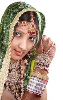 カジュアルな花嫁の美しいインドの女の子