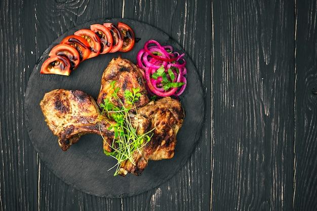 나무 테이블에 향신료와 야채와 쇠고기 스테이크