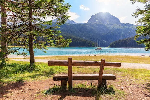 Скамейка у черного озера на горе дурмитор, черногория.