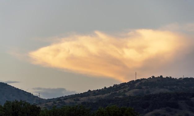 산 위에 일몰에 큰 구름입니다. 크림. 초반쿨레.