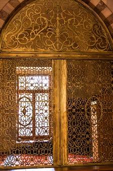 トルコのモスク、アラニヤにある金の装飾が施された大きな内部の窓。