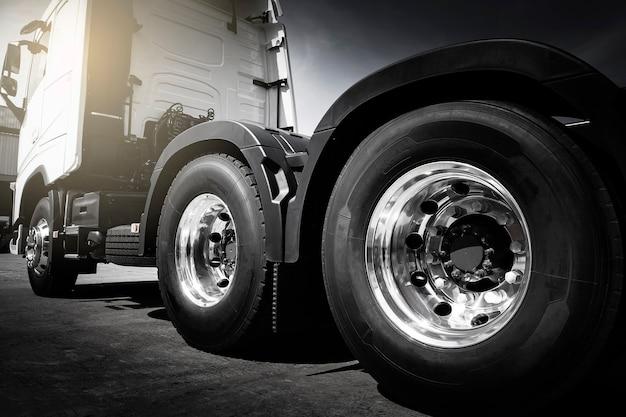 Большой полугрузовик колеса и шины грузовые автомобильные перевозки