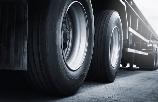큰 트럭 바퀴와 타이어 세미 트럭 주차 산업화물화물 트럭 운송
