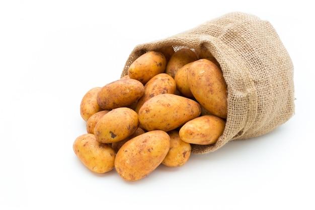 Био красновато-коричневый картофель, изолированные на белом фоне
