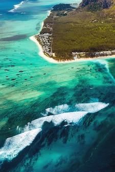 ユネスコの世界遺産に登録されているル・モーン・ブラバントの鳥瞰図。モーリシャス島のサンゴ礁。嵐の雲。