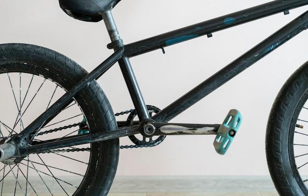 Черный велосипед bmx, стоящий у стены, оборудование для экстремальных видов спорта