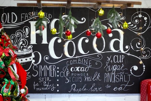 赤と緑の装飾が施されたクリスマスレシピの書道の居心地の良い碑文と黒板