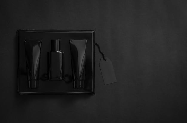 黒の背景に空白の黒の値札が付いた香水のブラックボックス。ブラックフライデーのコンセプト。