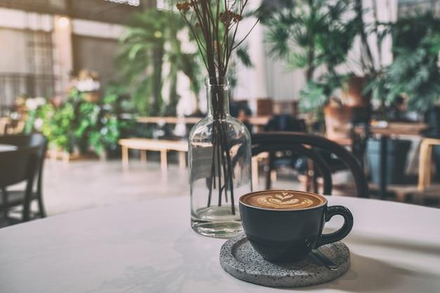 카페 테이블에 뜨거운 커피 한 잔