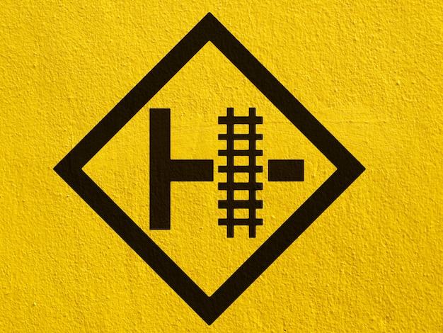 Черное предупреждение о движении оленей нарисовано на штукатурке стен снаружи